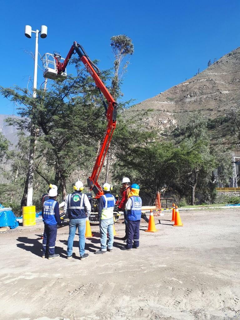 意大利Platform Basket蜘蛛车Spider 15.75在附近秘鲁山区的一家大型电力公司使用。